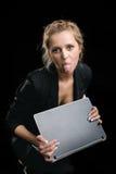 Mulher em um terno com o portátil foto de stock
