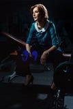 Mulher em um terno das calças que faz o exercício Fotografia de Stock Royalty Free