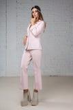 Mulher em um terno de negócio cor-de-rosa, pensamento Fotografia de Stock