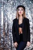 Mulher em um terno do preto do vintage no fundo da folha de alumínio fotos de stock