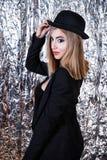 Mulher em um terno do preto do vintage no fundo da folha de alumínio fotografia de stock