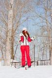 Mulher em um terno ostentando no in-field dos esquis Fotos de Stock
