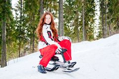 Mulher em um terno ostentando no in-field dos sledges Fotos de Stock Royalty Free