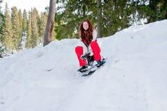 Mulher em um terno ostentando no in-field dos sledges Imagem de Stock