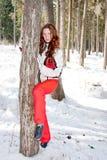 Mulher em um terno ostentando perto de um in-field da árvore Imagens de Stock Royalty Free