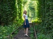 Mulher em um túnel verde Fotos de Stock Royalty Free