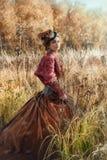 Mulher em um traje histórico na floresta do outono fotos de stock royalty free