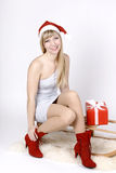 Mulher em um trenó com presente Fotos de Stock Royalty Free