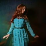 Mulher em um vestido azul Fotos de Stock Royalty Free