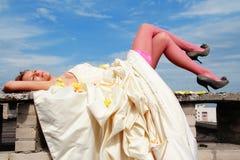 Mulher em um vestido de casamento imagem de stock