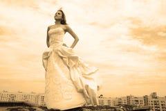 Mulher em um vestido de casamento fotos de stock