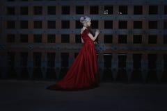 Mulher em um vestido do vintage imagem de stock