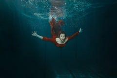 A mulher em um vestido mergulha Imagem de Stock Royalty Free
