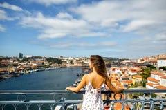 Mulher em um vestido no fundo de Porto, Portugal, vista de fotografia de stock royalty free