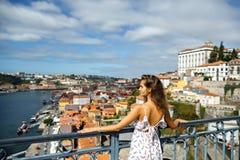 Mulher em um vestido no fundo de Porto, Portugal, vista de imagem de stock royalty free