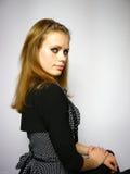 Mulher em um vestido preto com pontos brancos Foto de Stock Royalty Free
