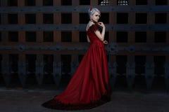 Mulher em um vestido vermelho longo imagens de stock royalty free