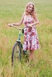 Mulher em uma bicicleta Fotografia de Stock