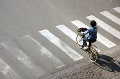 Mulher em uma bicicleta Fotos de Stock Royalty Free
