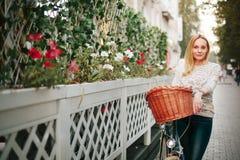 Mulher em uma bicicleta do vintage na rua Foto de Stock