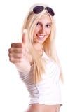 Mulher em uma camisa branca que dá o thumbs-up Fotografia de Stock Royalty Free