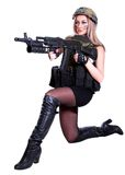 Mulher em uma camuflagem militar que senta-se com a espingarda de assalto Imagem de Stock Royalty Free