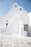 Mulher em uma casa de campo grega branco-lavada Fotos de Stock