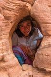 Mulher em uma caverna pequena Imagem de Stock