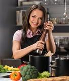 Mulher em uma cozinha moderna foto de stock royalty free