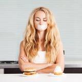 Mulher em uma dieta fotografia de stock royalty free