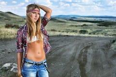 Mulher em uma estrada Fotos de Stock Royalty Free