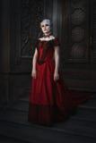 Mulher em uma imagem gótico em um castelo do conto de fadas imagem de stock royalty free