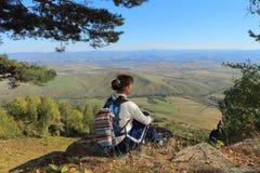 A mulher em uma inclinação de montanha Foto de Stock Royalty Free