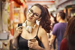 Mulher em uma loja fotografia de stock