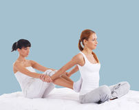 Mulher em uma massagem tailandesa em um fundo ciano fotografia de stock royalty free