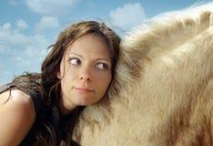 Mulher em uma parte traseira do cavalo Fotografia de Stock