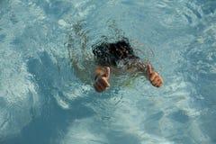 Mulher em uma piscina Fotos de Stock Royalty Free