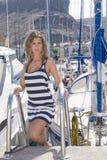 Mulher em uma porta em seu navio com céu azul Fotografia de Stock Royalty Free