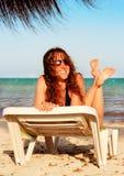Mulher em uma praia imagem de stock