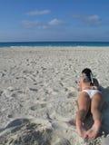 Mulher em uma praia Foto de Stock