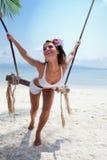 Mulher em uma praia com balanço foto de stock royalty free