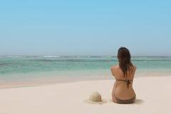 Mulher em uma praia tropical Fotografia de Stock