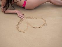 Mulher em uma praia tropical que veste o biquini cor-de-rosa fotos de stock