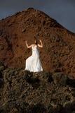 Mulher em uma rocha Foto de Stock Royalty Free