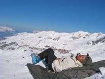 Mulher em uma rocha com skiwears Fotografia de Stock