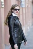 Mulher em uma rua St Petersburg Imagens de Stock Royalty Free