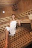 Mulher em uma sauna fotografia de stock royalty free