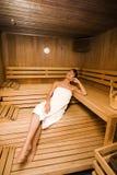 Mulher em uma sauna fotos de stock