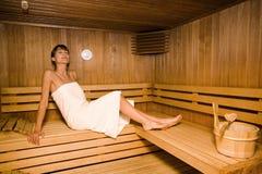 Mulher em uma sauna fotos de stock royalty free