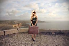 Mulher em uma viagem Fotos de Stock Royalty Free